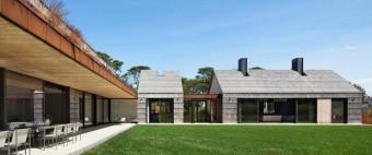Bates Masi Architects Shingle-clad house mimics Long Island potato barns